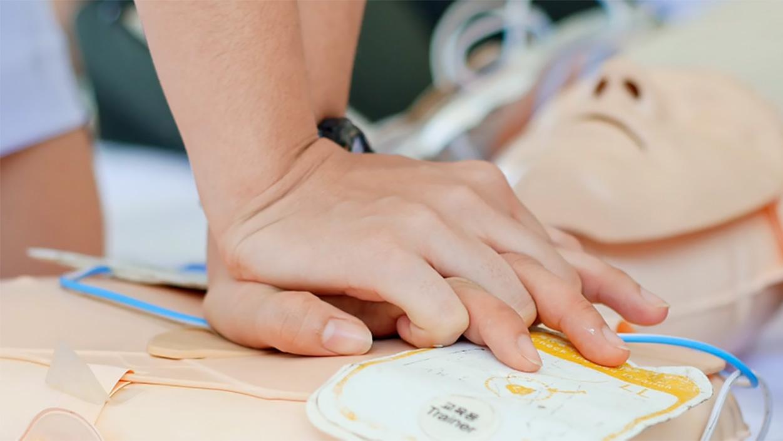 Herz-Lungen-Wiederbelebung demonstriert an einer Puppe | Nothelferkurs Wetzikon
