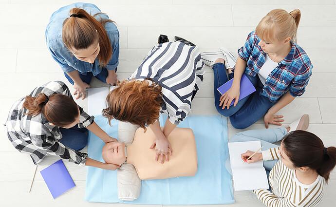 Schulung der Wiederbelebung an einer Puppe im Nothelferkurs in Wetzikon